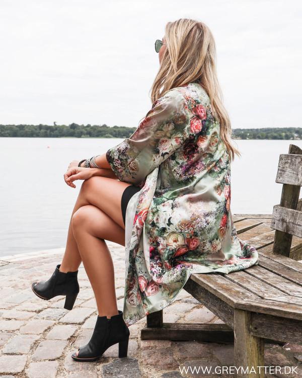 Karmamia kimono med blomsterprint stylet med heels