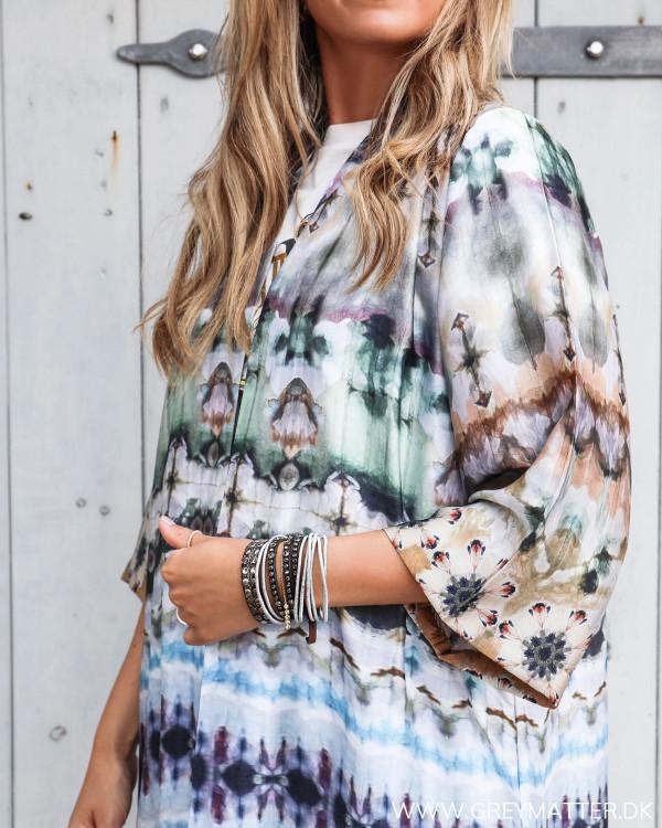 Karmamia kimono zoomet ind på ærme og tie dye print