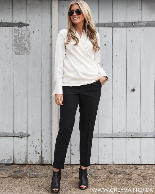 Karmamia klassisk Billie skjorte stylet med sorte suitpants til damer