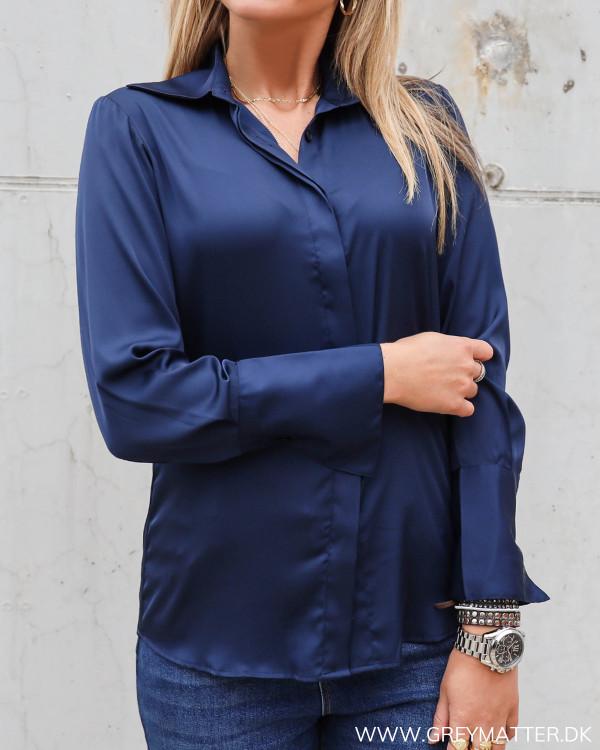 Mørkeblå skjorte til damer fra Karmamia