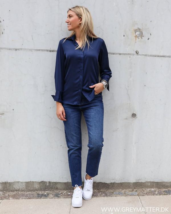 Lækker skjorte til damer i mørkeblå fra Karmamia stylet med mom jeans fra Pieces