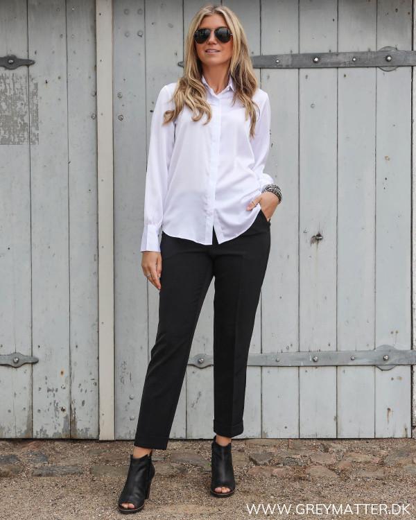 Hvid klassisk skjorte stylet med sorte suitpants til damer