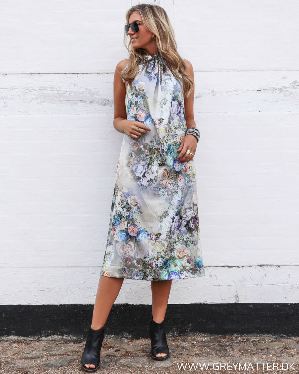 Karmamia festkjole med blomsterprint og bare arme, stylet med høje heels