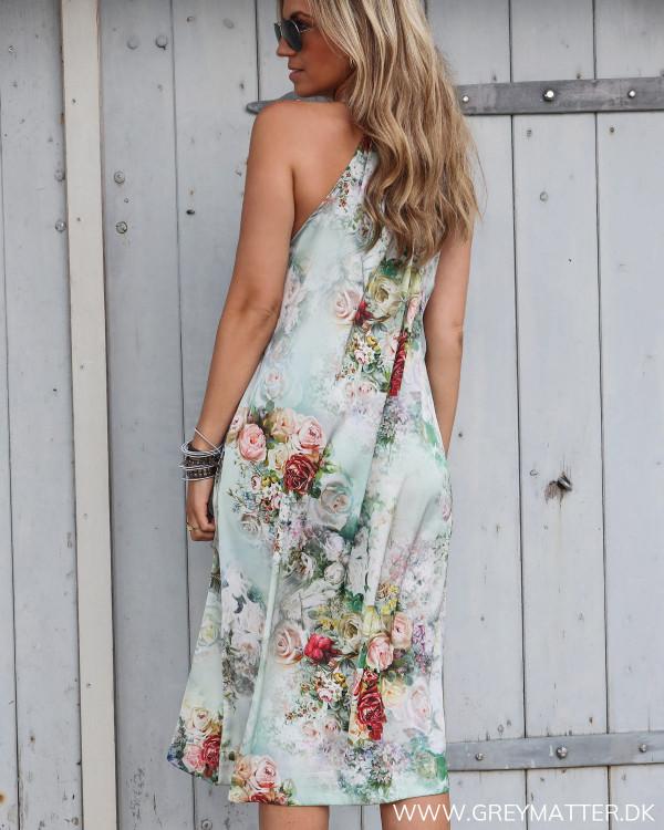 Karmamia kjole med blomsterprint set bagfra