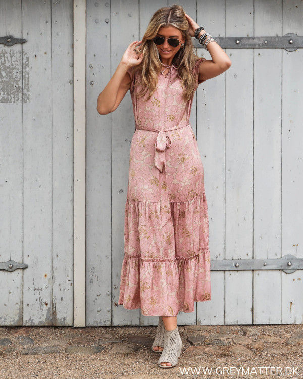 Karmamia festkjole i lyserøde farver set forfra