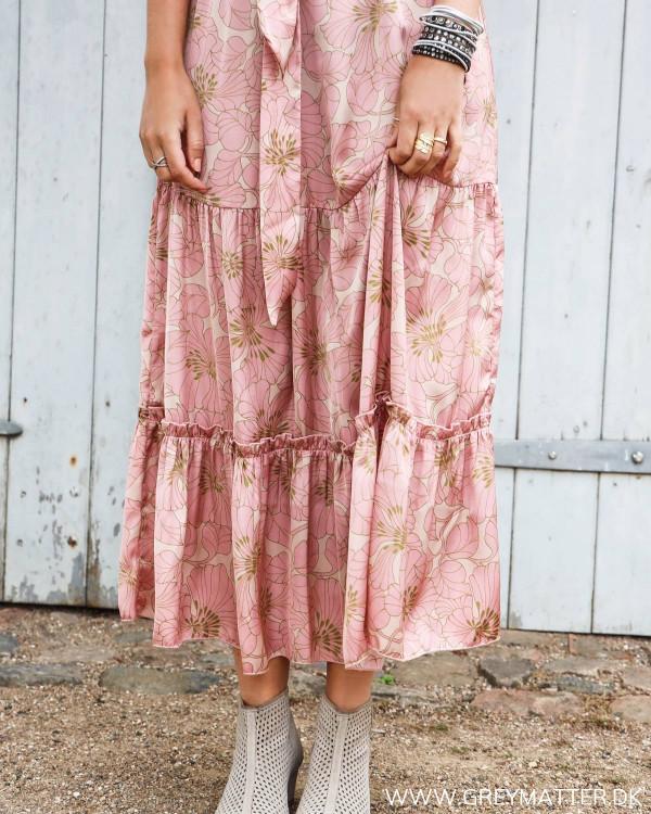 Karmamia Nola kjole med print set tæt på
