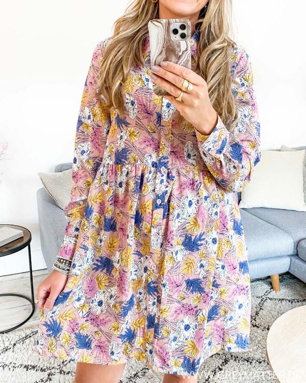 Skjorte kjole med flot print set forfra