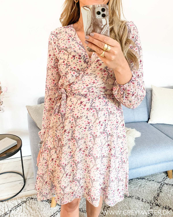 Kjole med lyserødt blomsterprint set forfra