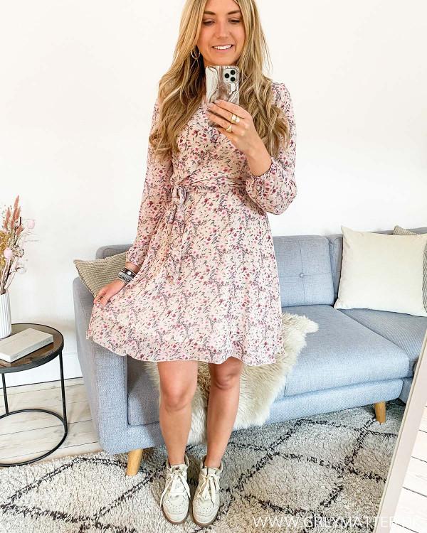 Kjole med bindebånd stylet med Isabel Marant plateau sneaks