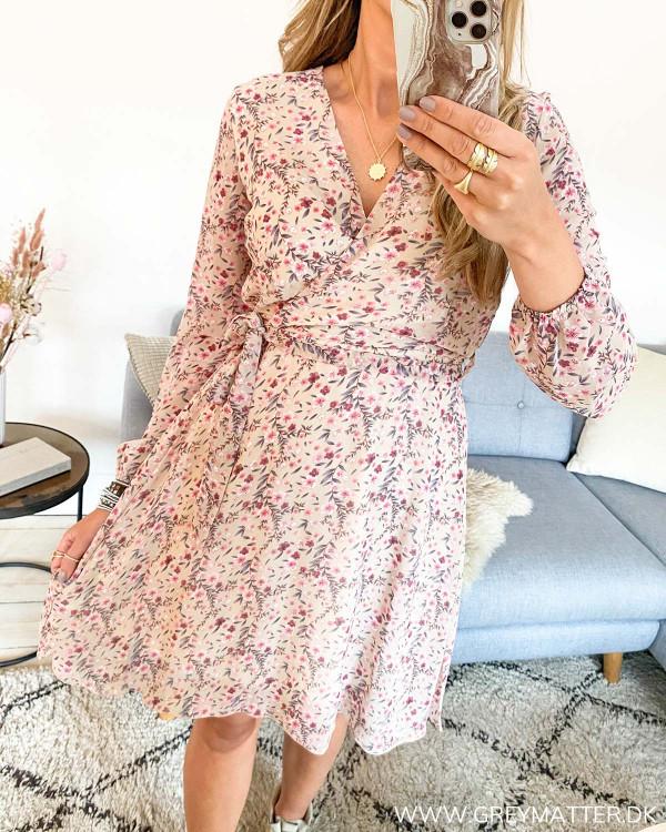 Kjole med blomsterprint og bindebånd i taljen, set forfra
