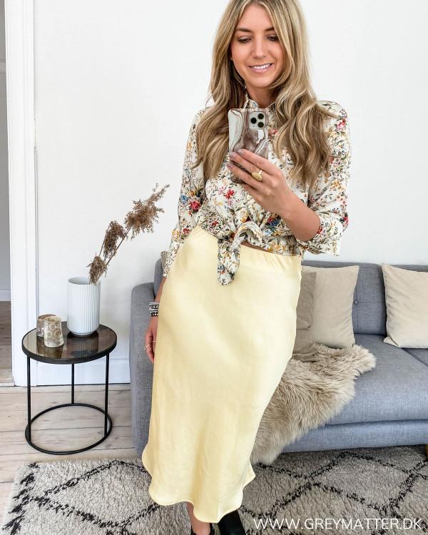 Karmamia skjorte med blomsterprint, stylet med nederdel