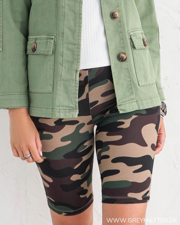 Camouflage shorts fra Vila set forfra