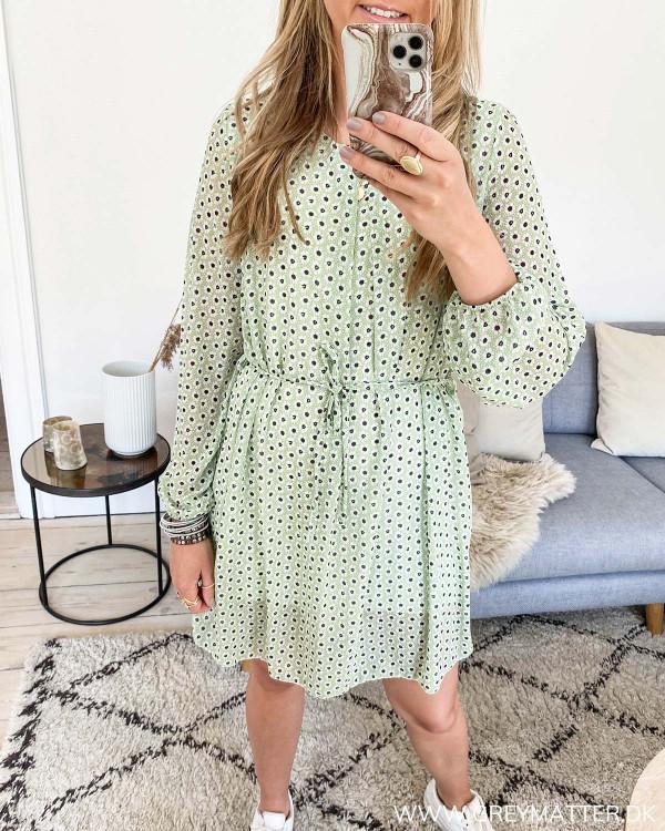 Grøn kjole med blomsterprint