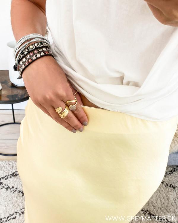 Vila nederdel med fokus på elastik i taljen