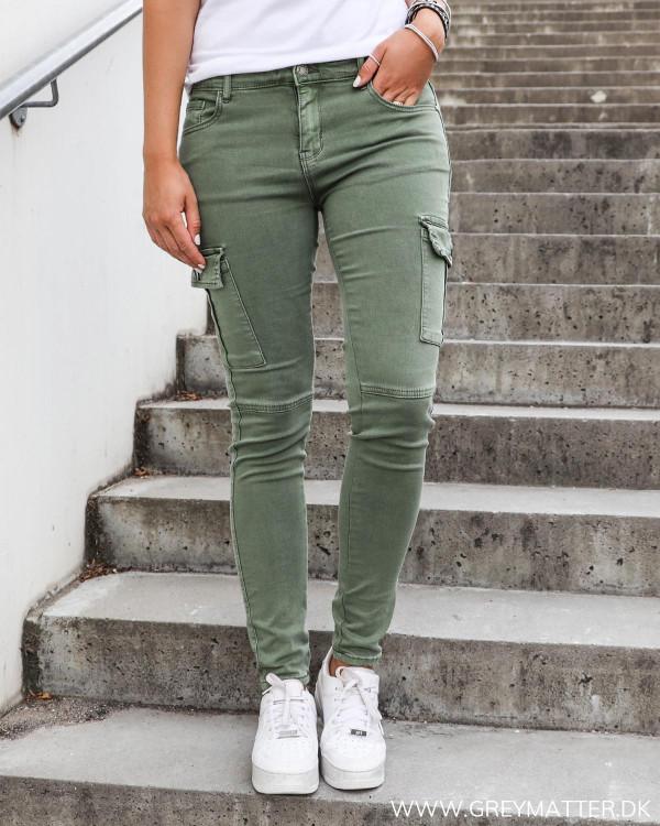 Grønne cargo bukser til damer hos Grey Matter Fashion
