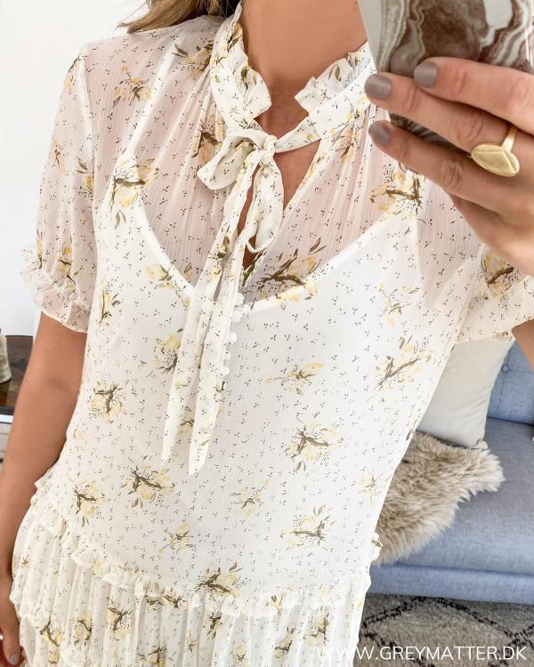 Vila kjole med smuk hals udskæring