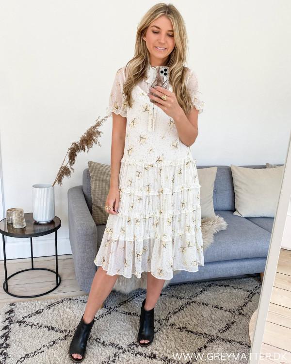 Vila kjole med smukke flæsedetaljer set i hel figur