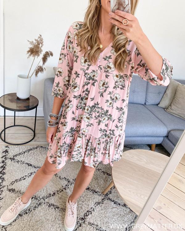 Pink kjole med blomsterprint