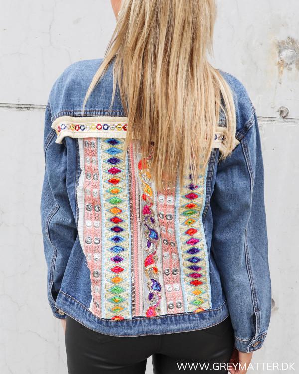 Denim jakke med cool ryg