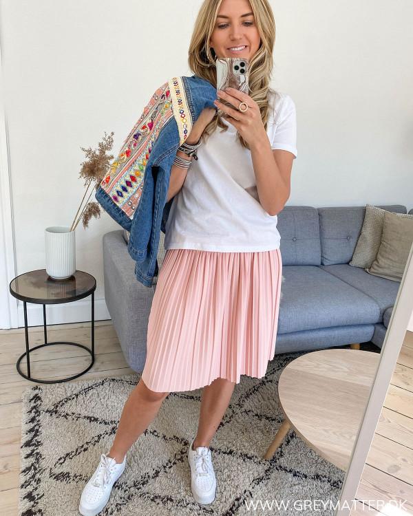 Lyserød plissé nederdel