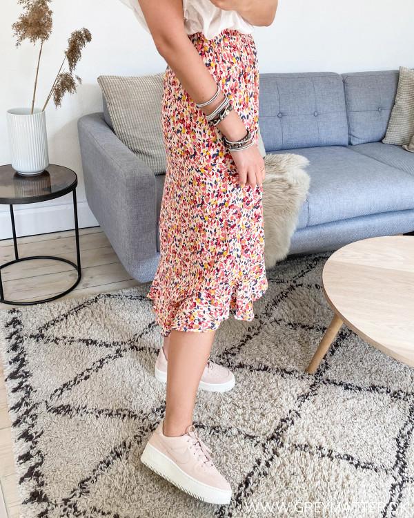 Rød nederdel med blomsterprint fra Pieces