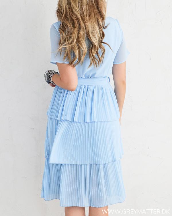 Lyseblåplisséret  kjole fra Vila