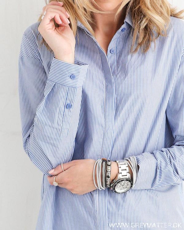 Klassisk skjorte til damer med blå striber, detaljebillede af ærme
