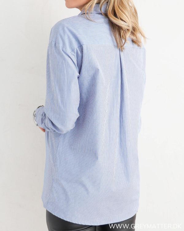 Klassisk skjorte til damer med blå striber, set bagfra