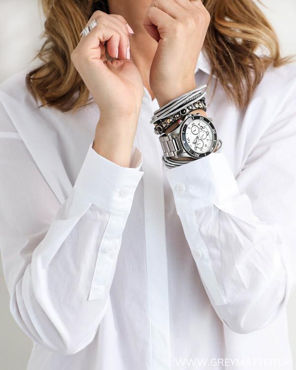 Klassisk hvid skjorte til damer, zoom på ærmer