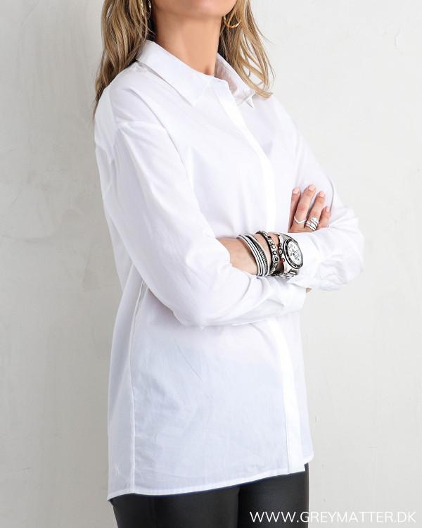 Klassisk hvid skjorte til damer, set fra siden