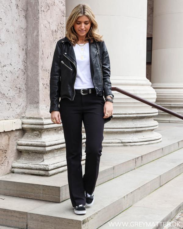 Neo Noir Cassie Pants stylet med en skindjakke