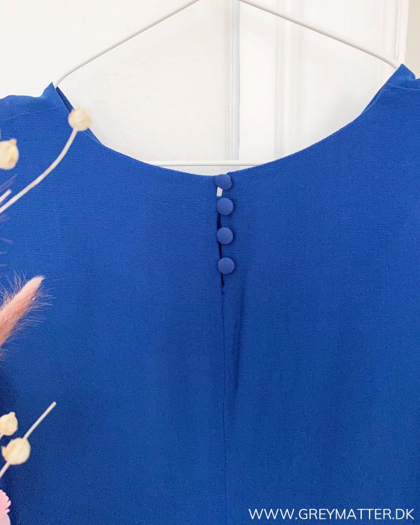 Blå kjole fra VIla, lukkes med knapper i nakken