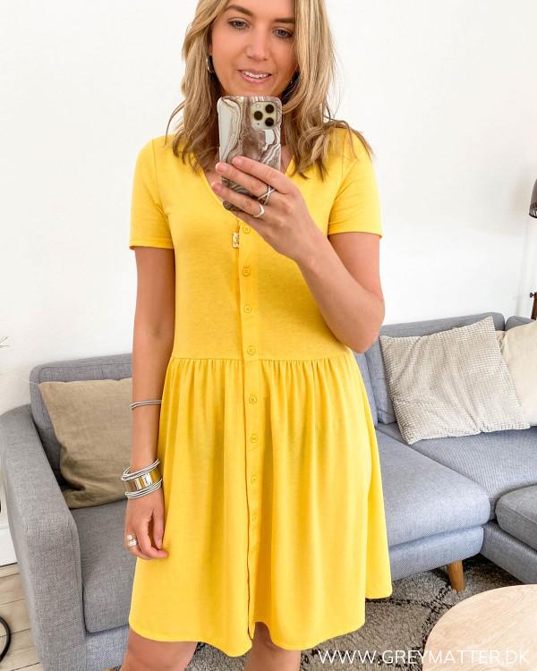 Gul kjole med korte ærmer fra VIla