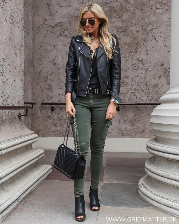 Army cargo bukser stylet med skindjakke