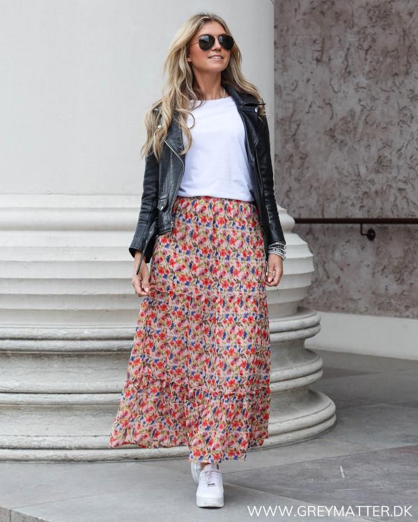 Lang nederdel fra Vila stylet med en hvid basis t-shirt og bikerjakke