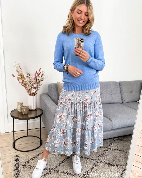 Blå nederdel med blomsterprint fra Vila