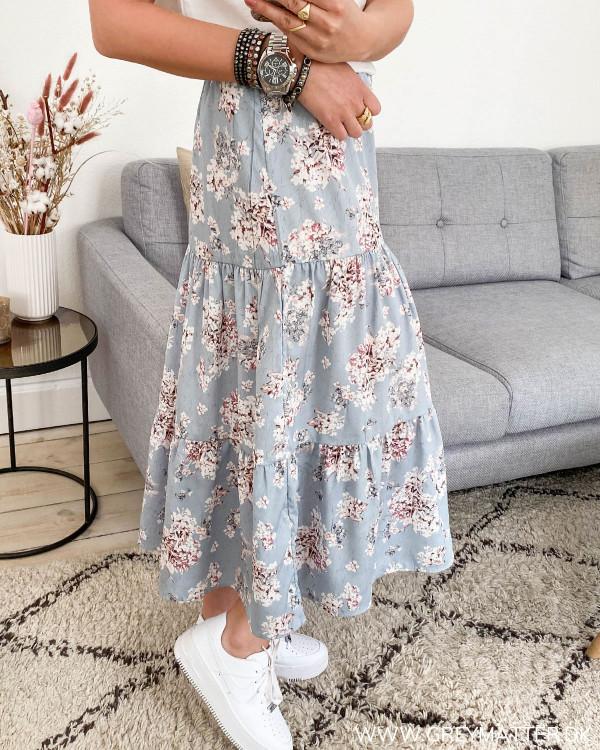 Blå nederdel med blomsterprint fra Vila, set fra siden