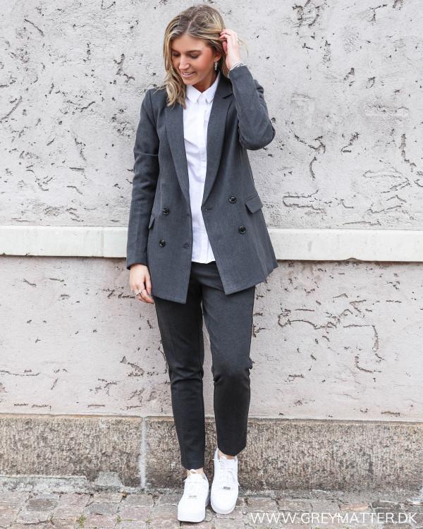 Neo Noir blazerjakke stylet med suitpants og en hvid basis skjorte