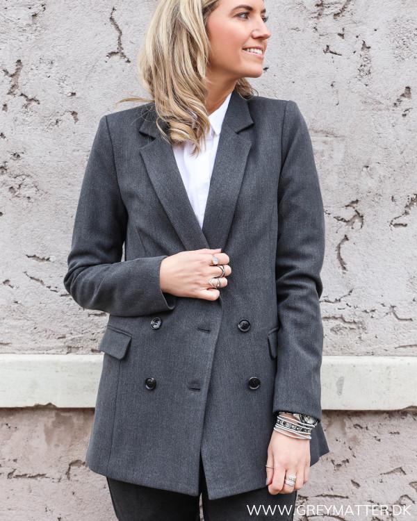 Neo Noir blazerjakke stylet med minimalistisk skjorte