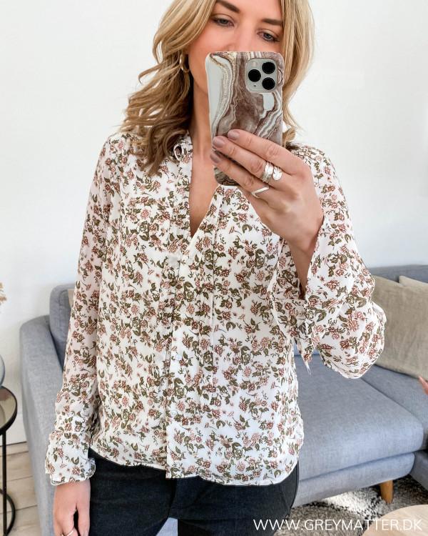 Skjorte med blomsterprint fra Vila, set forfra