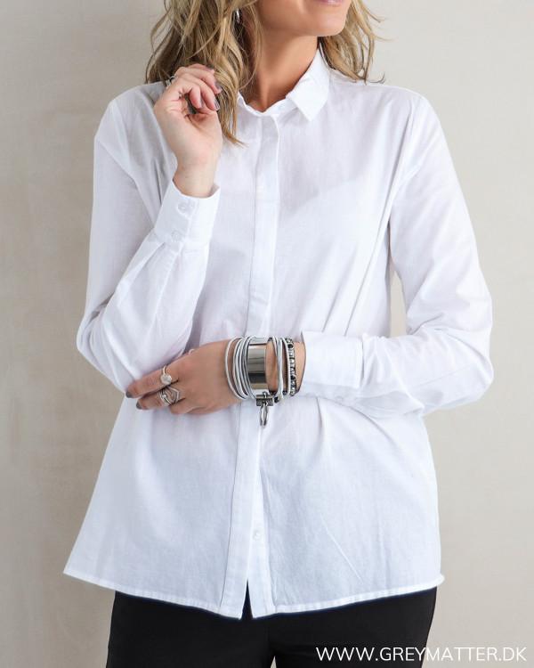 Hvid skjorte til damer set forfra