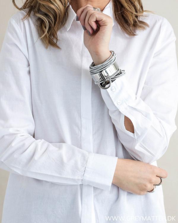 Hvid skjorte til damer, detalje af ærme