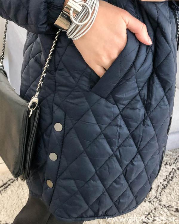 Vila jakke i navy, detalje af lommen