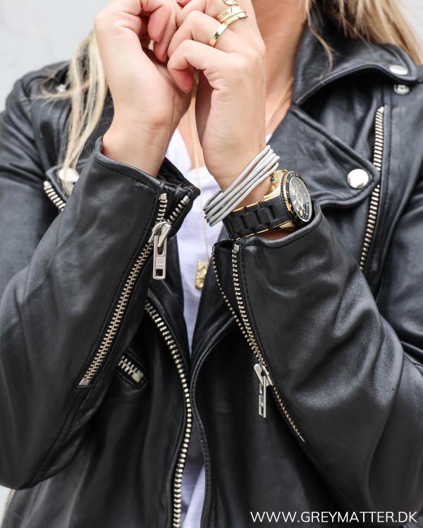 Rå jakke i sort til damer med lynlåse