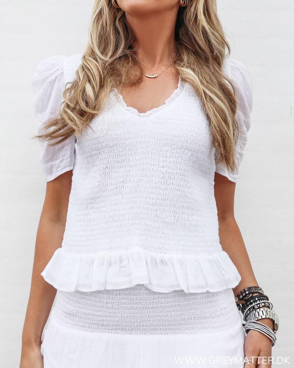 Hvid bluse med smock fra Neo Noir set forfra