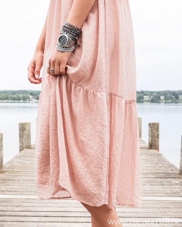 Kjole fra Vila i smuk lyserød farve, hvor faldet fremstår let og elegant