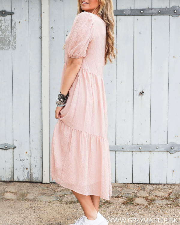 Smuk lyserød kjole fra Vila set fra siden