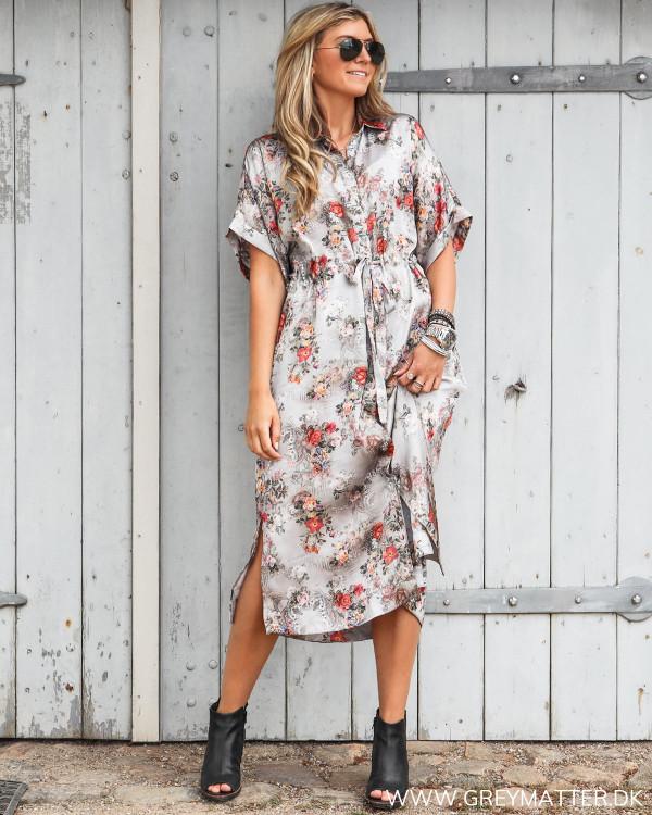 Karmamia skjorte kjole set forfra stylet med høje sko