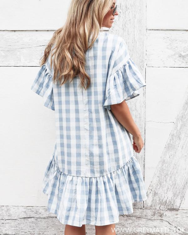 Pieces kjole med hvide og blå tern set bagfra