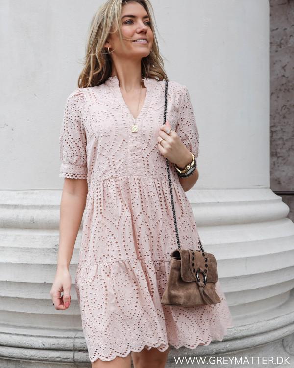 Smuk lyserød YAS kjole i broderie anglaise set forfra